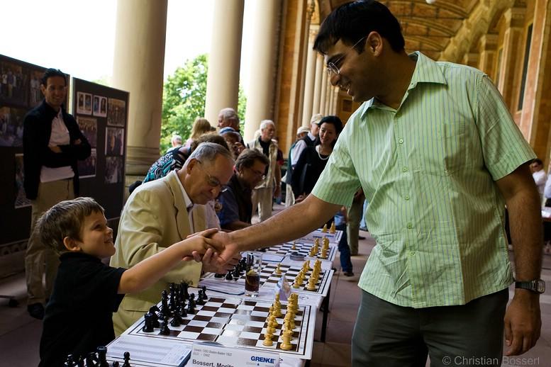 Vishy Anand begrüßt Moritz Bossert